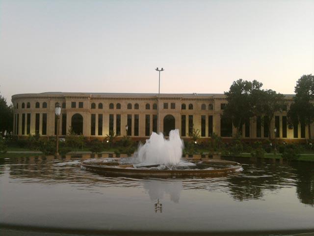 фонтан и отражение здания