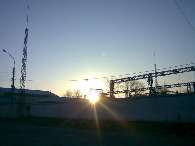 Яркий луч утреннего солнца