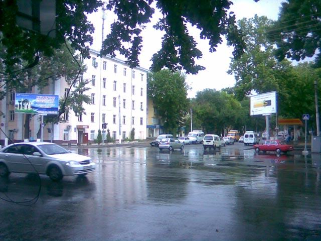 Мокрая дорога на перекрестке