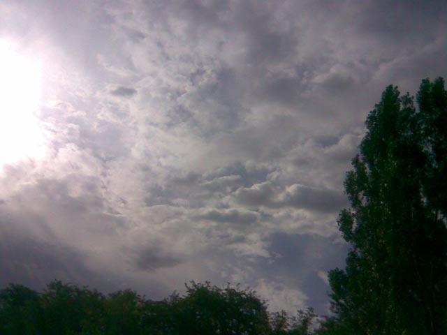 Яркое солнце и перистые облака