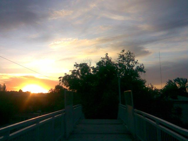 Мост  и небо с солнцем