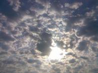 Солнце и вокруг облака