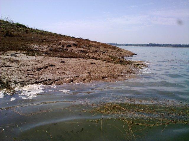 Вода омывает берег