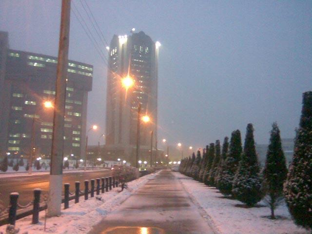 Здание банка во время снега