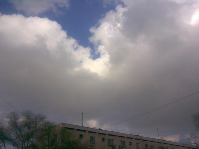 Большие облака над домами