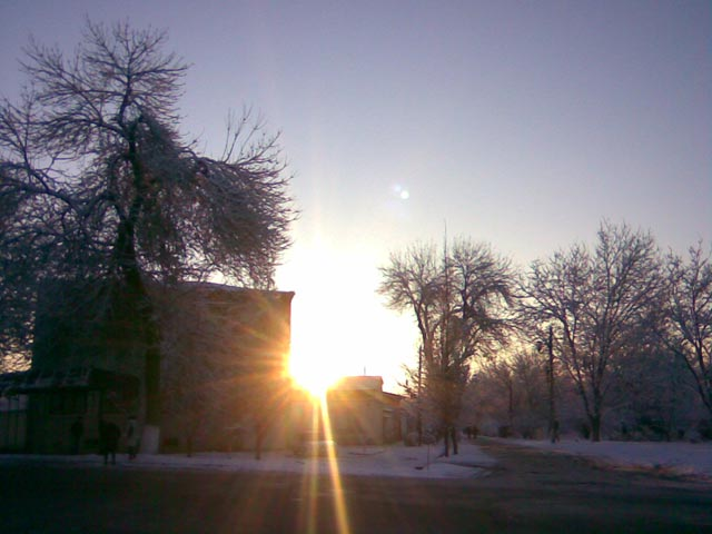Солнце из-за здания