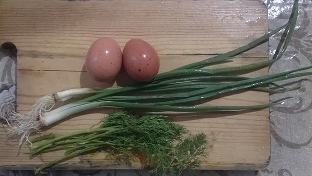 Зеленый лук и укроп и два яйца
