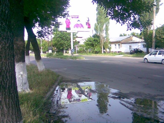 дорога в центре после дождя