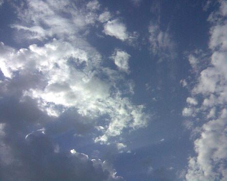 Яркое синее небо