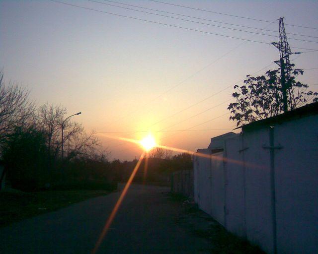 Закат и солнце с лучами