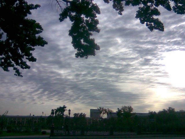 Ослепительное солнце и темные облака