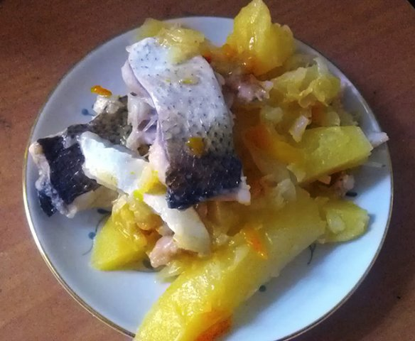 Рыба с картошкой на тарелке